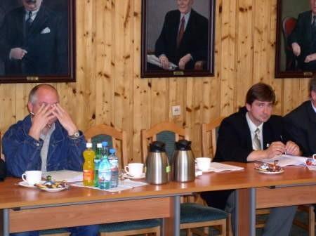 Radny Zbigniew Buława zasłaniał twarz przed dziennikarzami robiącymi zdjęcia, chwilę później wyszedł. Obok puste miejsce, na którym zasiadał Krzysztof Gogolewski.