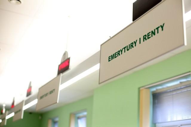 Z projektu ustawy o waloryzacji rent i emerytur w 2021 r. wynika, że najniższa emerytura dla osób całkowicie niezdolnych do pracy wyniesie w przyszłym roku 1250 zł brutto, a dla tych częściowo niezdolnych - 937,50 zł netto.   1250 zł wyniesie także renta rodzinna oraz renta socjalna.