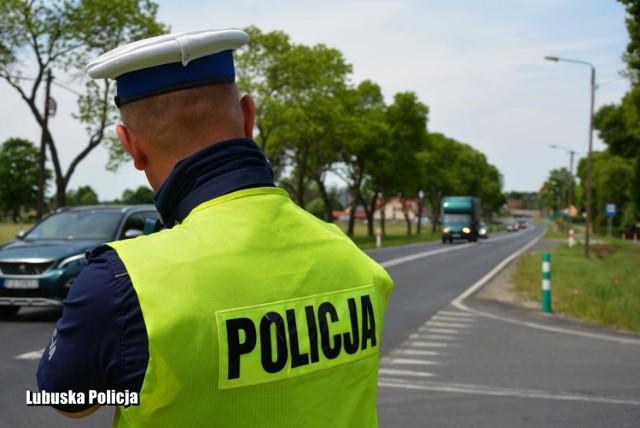 """Policjanci ruchu drogowego chcąc ograniczyć liczbę wypadków, do których dochodzi na polskich drogach, a także zwiększyć bezpieczeństwo na terenie powiatu włączyli się w działania """"Prędkość""""."""