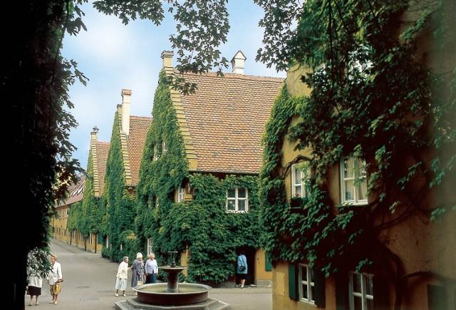 Fuggerei w niemieckim Augsburgu to pierwsza na świecie dzielnica stworzona z myślą o ubogich. Budowa dzielnicy ruszyła w 1516 r., a od tamtej pory nie zmieniły się ani zasady przyznawania lokali, ani czynsz najmu.  Mieszkańcami Fuggerei mogą zostać tylko urodzeni w Augsburgu katolicy w trudnej sytuacji materialnej, zaakceptowani przez specjalną komisję. Każdy, kto zostanie wybrany, otrzymuje dożywotnio całe piętro dwupiętrowego domu (ok. 60 m kw.), a za wynajem płaci symboliczną kwotę 0,88 euro rocznie. Co więcej, musi też trzy razy dziennie modlić się za fundatora osiedla i jego rodzinę.   Licencja