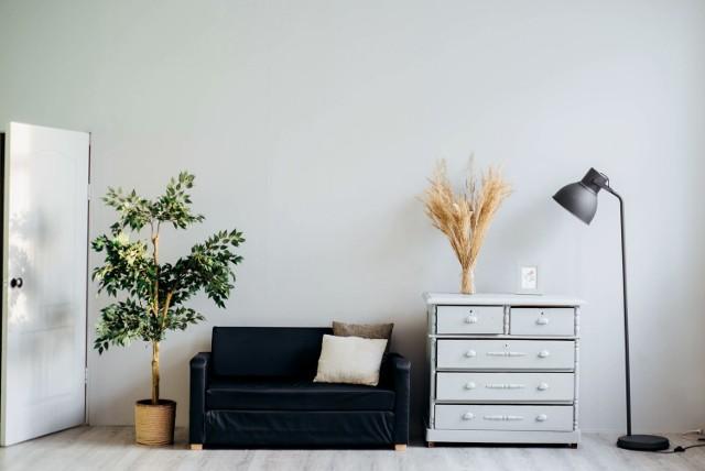 Większość osób wie, że przy kupnie mieszkania trzeba zwrócić szczególną uwagę na cenę i lokalizację. Jest jednak znacznie więcej rzeczy, które należy sprawdzić przed podpisaniem umowy, żeby później nie żałować zakupu. Sprawdź, o czym musisz pamiętać!