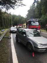 Wypadek na odcinku leśnym ul. Spacerowej w Gdańsku! 26.08.2021 r. Zderzenie trzech samochodów. Jedna osoba trafiła do szpitala