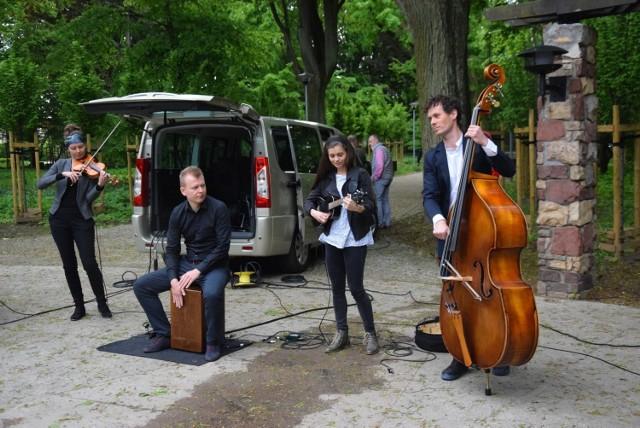 Zespół FolkfoR gra muzykę z różnych stron świata.