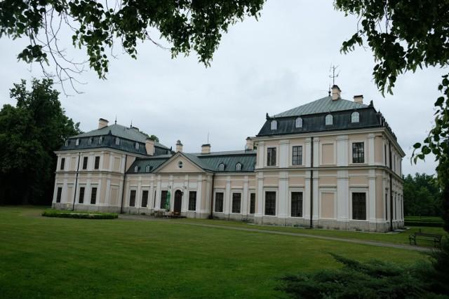 Pałac w Sieniawie koło Przeworska to dawna siedziba rodów Sieniawskich i Czartoryskich. W czasach swej świetności był centrum życia intelektualnego i kulturalnego płd. - wsch. rejonów Polski.  Dwór Sieniawskich wzniesiono w drugiej połowie XVII w. i otoczono fortyfikacjami ziemnymi, a później został rozbudowany przez artystów włoskich. Od 1731 r. był w posiadaniu Czartoryskich jako jedna z wielu letnich rezydencji. Pałac rozbudowano w 1763 r. w stylu klasycyzmu, po upadku powstania listopadowego i konfiskacie Puław stał się główną siedzibą Czartoryskich.  Zniszczony w czasie I wojny światowej obiekt popadł w ruinę. Odbudowano go w drugiej połowie XX w.  Ogród włoski istniał już przy dworze obronnym Sieniawskich. W XVIII w. powstał ogród geometryczny, zachowany od strony podjazdu. Na początku XIX w. teren założenia powiększony i przekomponowany.  Obecnie w pałacu mieści się hotel. Obiekt jest własnością Skarbu Państwa.  Źródło: Podkarpacka Regionalna Organizacja Turystyczna, http://www.podkarpackie.travel/pl  Zobacz także: Samolot z Krosna spodobał się w Stanach Zjednoczonych. Spala tyle samo paliwa, co samochód