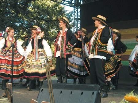 """""""Hajduki"""" z Oświęcimia wystąpiły kilkakrotnie. Zmieniały się stroje, tańce i muzyka."""