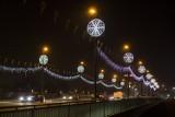Krakowskie mosty pięknie ozdobione świątecznymi dekoracjami [ZDJĘCIA]