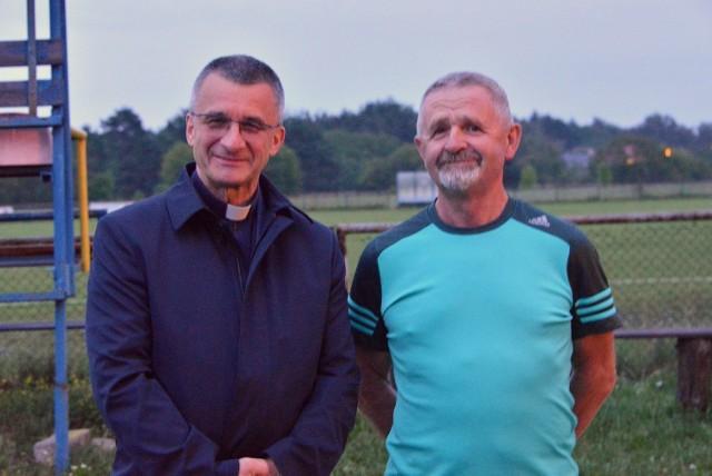 Ksiądz Andrzej Drapała i Kazimierz Mądzik, świętokrzyski kurator oświaty - to oni przeszło 26 lat temu założyli Parafialny Klub Sportowy Polonia Białogon, znany z braci Brożków.