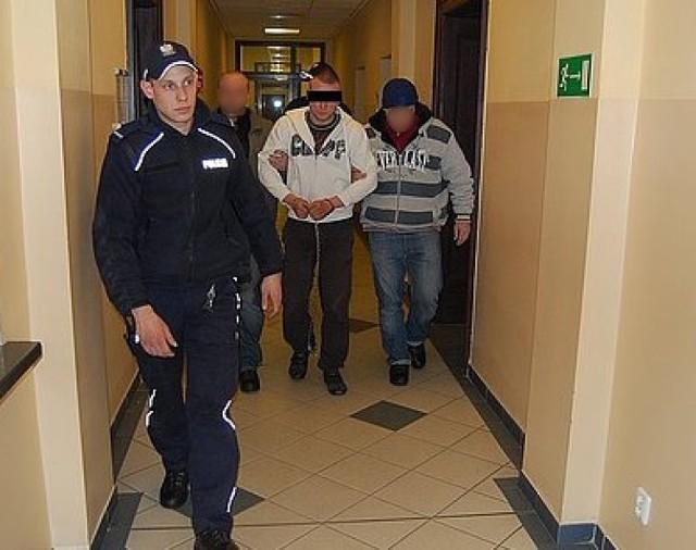 Krystian T., zabójca 18-latki z Tarnowskich Gór prowadzony przez policjantów