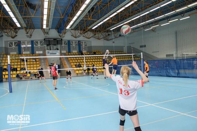 Akcja Zima w MOSiR Żory: Młode siatkarki rozegrały turniej mikstów - ZDJĘCIA