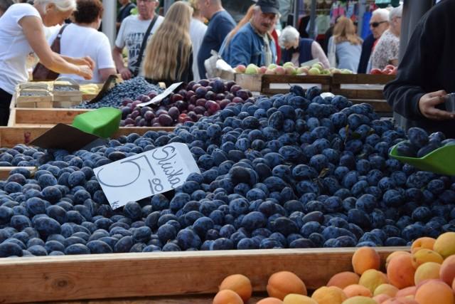 Targowisko w Nowej Soli, środa, 4 sierpnia. Nie brakuje owoców z okolicy. Zobacz ceny na kolejnych zdjęciach.
