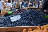 Handel w Nowej Soli. Śliwki, wiśnie, jabłka, morele. Zobacz, jak dużo owoców z okolicy można kupić na miejskim targowisku [CENY 4.08.21]