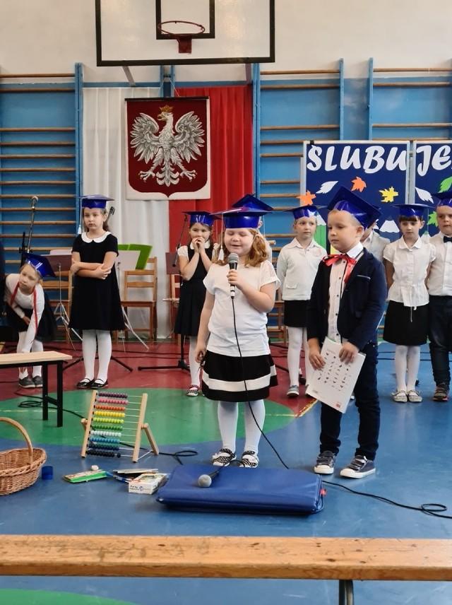 Dzień Nauczyciela i ślubowanie klas I w szkołach podstawowych w Milejowie, Niechcicach i Straszowie