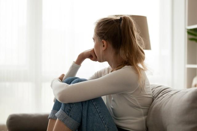 Zdrada partnera to nic miłego. Czasami jest oznaką nieporozumień związku, wygaśnięcia uczuć, a czasami chęcią przeżycia przygody. Z innych powodów zdradzają mężczyźni, a z innych kobiet – jednak, aż tak bardzo się w tej materii nie różnimy. Oto 8 najczęstszych przyczyn niewierności pań!  Dlaczego kobiety zdradzają? Statystyki wskazują na 8 powodów, które przyczyniają się do niewierności pań.  Czytaj dalej. Przesuwaj zdjęcia w prawo - naciśnij strzałkę lub przycisk NASTĘPNE