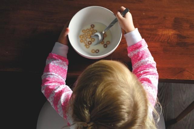 W restauracji PAPU dzieci otrzymają w każdy weekend za darmo rosół z domowym makaronem i kotleciki drobiowe w panierce z frytkami i marchewką.   Adres: al. Niepodległości 132/136