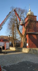Wielki konar runął na zabytkowy kościół w Tyliczu. Światynię ratowali strażacy