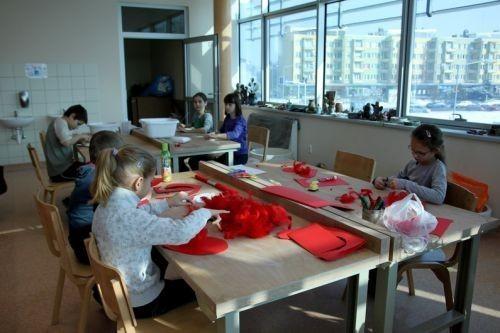 Walentynkowe prezenty  Z masy solnej powstały przeróżne serca, które następnie dzieci ozdobiły czerwonymi farbami, napisami oraz innymi dodatkami.