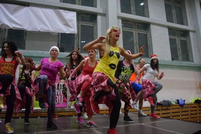 W sobotę 3 grudnia w II Lo zebrali się miłośnicy Zumby z całego regionu! Imprezę zorganizowali gorzowscy instruktorzy. Wydarzenie rozpoczęło się godzinną zabawą wyłącznie dla najmłodszych. Tego dnia była okazja do spotkania tańczących mikołajków, reniferów, elfów i śnieżynek. W maratonie wzięło udział blisko 300 osób.