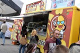 Kruszwica. Pod Mysią Wieża w Kruszwicy odbywa się Zlot Food Trucków. Można sobie podjeść. Zdjęcia