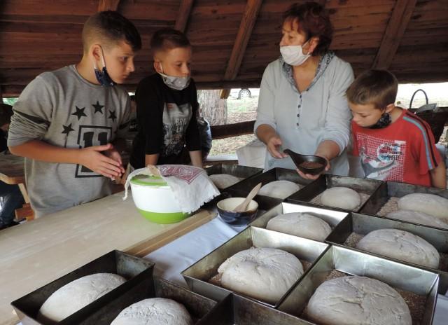 """Warsztaty pieczenia chleba w """"Nadwarciańskim Grodzie"""" dla dzieci i młodzieży"""