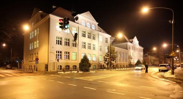 Awaria wodociągowa w Przedszkolu Miejskim nr 52 w Łodzi okazała się na tyle poważna, że maluchy będą przeniesione do pobliskiej Szkoły Podstawowej nr 1 (jej gmach na zdjęciu), a do siebie wrócą najwcześniej na początku marca. W piątek (29 stycznia) PM nr 52 było na liście kuratorium, która obejmuje przedszkola z zawieszonymi zajęciami stacjonarnymi. Cztery pozostałe PM z Łodzi na tej liście pracowały w piątek zdalnie z powodu koronawirusa.  >>> Więcej informacji przy kolejnych ilustracjach >>>