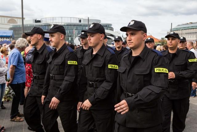 """W 2020 roku w całej polskiej policji brakuje prawie 7 tys. funkcjonariuszy - tak wynika z danych uzyskanych przez Zarząd Główny NSZZ Policjantów. Rok wcześniej wakatów było """"tylko"""" 4 461. Zobacz, w jakich województwach jest najgorsza sytuacja! Przejdź dalej --->"""