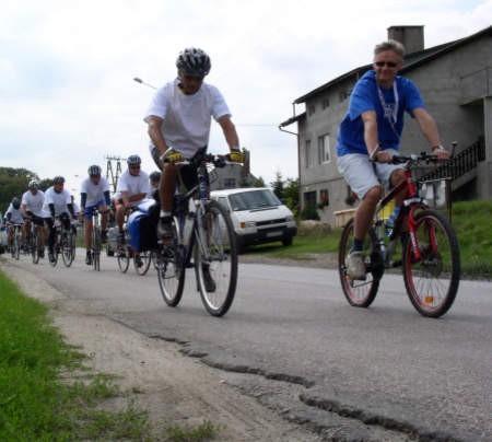 Uczestnicy ostatniego etapu rajdu rowerowego przez Chatą Kaszubską w Brusach Jagliach.