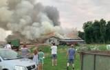 Grodzisko. Pożar hali w tartaku. Ogień gasiło 16 zastępów straży z powiatu strzeleckiego, Opola i Krapkowic