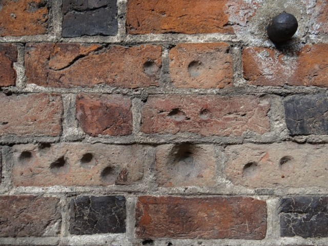 Nazywane są kubkami, czarkami, dołkami, jamkami. Jest ich od kilkuset do nawet kilku tysięcy. Występują na ceglanych ścianach wielkopolskich kościołów. Tajemnicze kuliste otwory od lat pobudzają wyobraźnię, są źródłem wielu legend i domysłów. Skąd się wzięły? Przejdź dalej i sprawdź --->