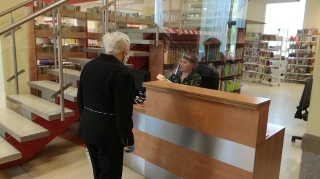 Miejska Biblioteka Publiczna w Dąbrowie Górniczej 18 maja znów wypełniła się czytelnikami Zobacz kolejne zdjęcia/plansze. Przesuwaj zdjęcia w prawo - naciśnij strzałkę lub przycisk NASTĘPNE