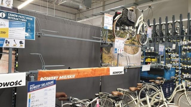 Na półkach sportowych marketów widać już rowerowe braki. Niektóre modele wyprzedano.