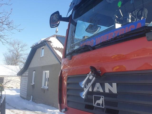 W miejscowości Pniówno w gminie Wierzbica strażacy musieli pomóc bocianowi, który przymarzł do dachu