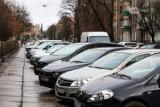 """Brakuje miejsc parkingowych w Szczecinie. Jest za to dużo """"kopert""""? Radni pytają dlaczego"""