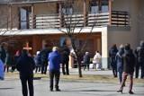 Koronowirus. W Nowym Targu msze na świeżym powietrzu. Wierni stali od siebie w dużej odległości