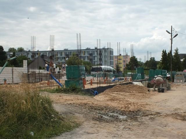 Trwają intensywne prace na budowie zaplecza sportowego na starachowickim stadionie.