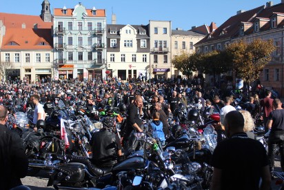 Zakończenie sezonu motocyklowego w Gnieźnie. Dziesiątki motocyklistów zgromadziły się na gnieźnieńskim rynku [FOTO, FILM]