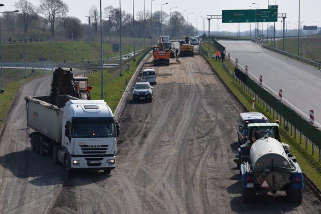 Maszyny usuwają wierzchnią warstwę asfaltu