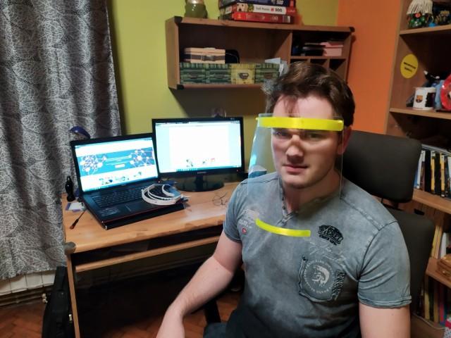 - Myślę, że ta akcja może pokazać ludziom, że drukarki 3D mogą robić fajne, przydatne rzeczy - mówi Artur Tutka. Maskę, prezentuje jego syn.