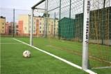 Popularne boisko w Kielcach przy Szkole Podstawowej numer 27  ma nową sztuczną nawierzchnię! Zobaczcie zdjęcia