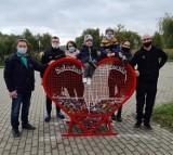 Gmina Trąbki Wielkie. Pierwsze serce dla nakrętek stanęło w Sobowidzu. Mieszkańcy wspólnymi siłami pozyskali fundusze na zakup |ZDJĘCIA