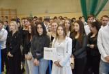 W Szkole Hipolita, uroczystość rozpoczęcia nowego roku - w szkolnej hali. GALERIA