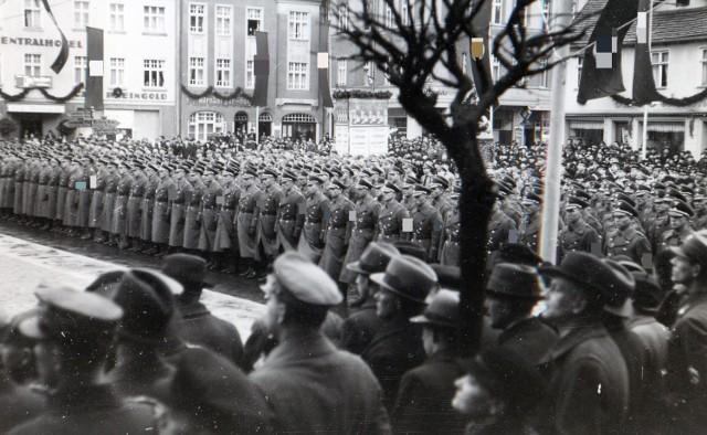 Apel nazistów na szczecineckim Rynku przed ratuszem