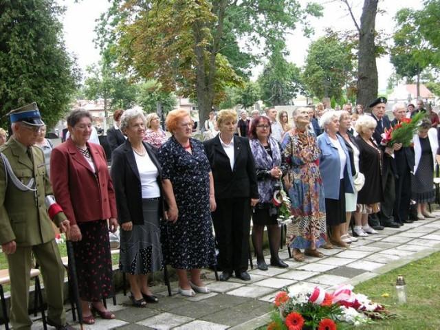 W piątek, 1 sierpnia, na cmentarzu katedralnym odbyły się obchody 70 rocznicy powstania warszawskiego w Łowiczu. Przedstawiciele środowisk kombatanckich, młodzież szkolna, władze miasta oraz spora grupa mieszkańców złożyli kwiaty pod pomnikiem Szarych Szeregów.