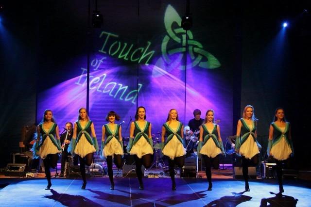 """24-03-2017 Carrantuohill 24.03.2017 19:00 Chorzowskie Centrum Kultury Bilety: 45 zł  TOUCH of IRELAND - the storm"""" to niezwykle barwne widowisko muzyczno-taneczne opracowane przez uznany na świecie zespół muzyki celtyckiej Carrantuohill oraz najlepszych specjalistów od tańca irlandzkiego.  """"Touch of Ireland"""" stał się niezwykle profesjonalnym oraz dopracowanym w najdrobniejszych szczegółach projektem artystycznym prezentowanym na wielu uznanych scenach teatrów polskich oraz europejskich festiwalach (m.in.: wielokrotnie we Francji, Niemczech, Szwajcarii…)  Obecnie widowisko to jest jednym z najbardziej rozpoznawanych programów istniejącego od ponad 25 lat zespołu Carrantuohill.  Swoje taneczne popisy w przedsięwzięciu prezentują natomiast Mistrzowie Europy oraz finaliści Mistrzostw Świata w tej dyscyplinie, którzy stale rozwijają swoje umiejętności pod nadzorem najlepszych światowych nauczycieli tańca irlandzkiego.  """"TOUCH of IRELAND the storm"""" to już kolejna, rozbudowana wersja pierwotnego programu. Nowe układy choreograficzne, nowe kompozycje muzyczne oraz wspaniałe, nowe stroje…"""