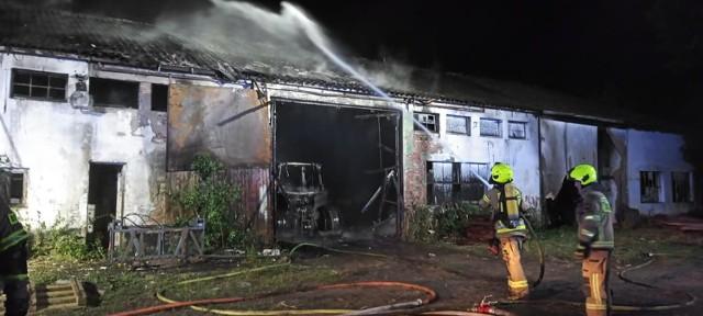 W Bolesławicach pod Goleniowem strażacy gasili pożar hali magazynowej