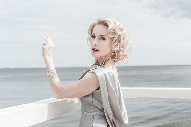 """Trójmiejskie teatry zapraszają na spektakle. Prapremiera """"Marlena Dietrich. Iluzje"""" już 26 czerwca 2021 na Scenie Letniej w Orłowie"""