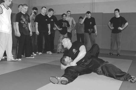 W czasie krótkich przerw w egzaminie Grzegorz Adamczyk pokazywał, jak skutecznie obezwładnić napastnika.