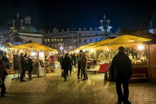 W ten weekend krakowski Rynek Główny poczuje magię świąt! Od piątku każdy, kto pojawi się w samym sercu Krakowa będzie mógł się nacieszyć wszystkimi kolorami tegorocznego bożonarodzeniowego jarmarku. Wszystko w cudownej scenerii!  Otwarcie targów 24 listopada.