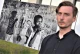 Afganistan, Zambia i Górny Karabach na wystawie zdjęć Macieja Stanika w Sieradzu. Przejmujące ujęcia z fotoreporterskich wypraw ZDJĘCIA