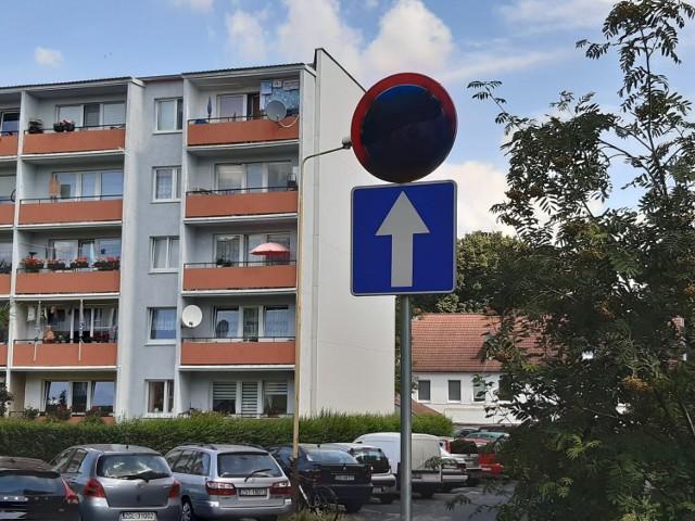 Znak stojący przy bloku Piaskowa 22 został zamazany farbą w sprayu