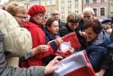 Poznań: Na Starym Rynku rozdawano flagi. Ludzie wyrywali je sobie [ZDJĘCIA]